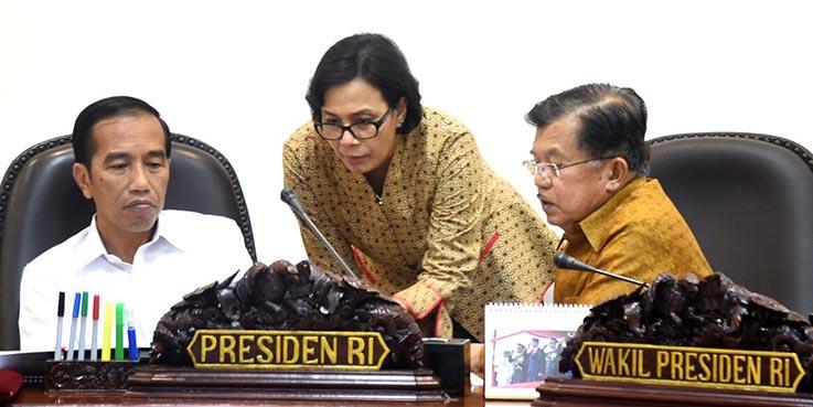 Presiden joko Widodo (kiri), Wakil Presiden Jusuf Kalla (kanan), dan Menteri Keuangan Sri Mulyani (tengah).