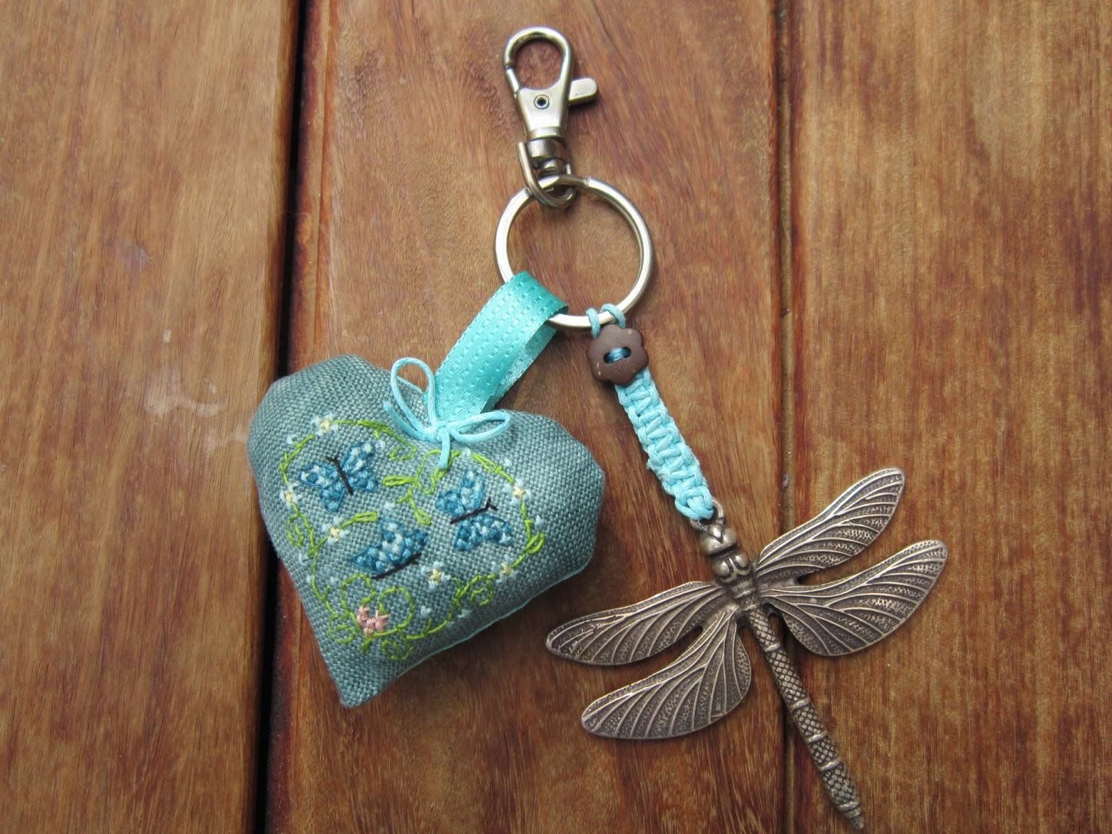 llavero, porte clefs, key holder, libelula, punto cruz, point croix, cross stitch, corazón, coeur, heart