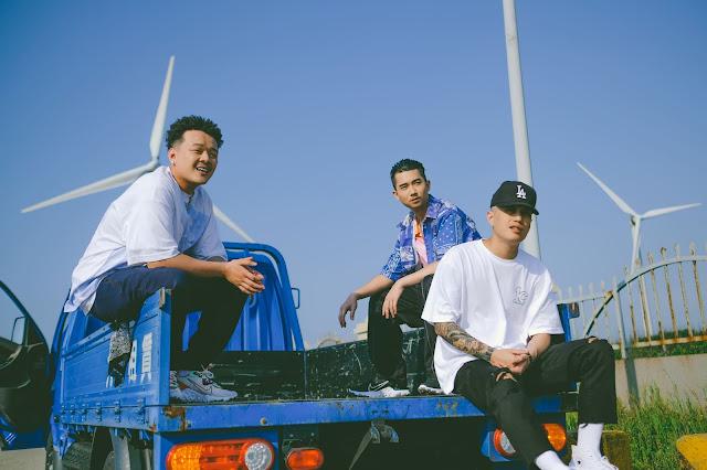 台中成長的西屯純愛組,〈台灣製造〉MV選於清水高美濕地九號風車拍攝,用影像捕捉在地美景(左 西屯純愛組Henry 中 西屯純愛組 High Loc 右 L.C小光)
