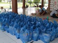 Jamaah Masjid Al Ikhwan Bagikan Ratusan  Paket Sembako Kepada Warga