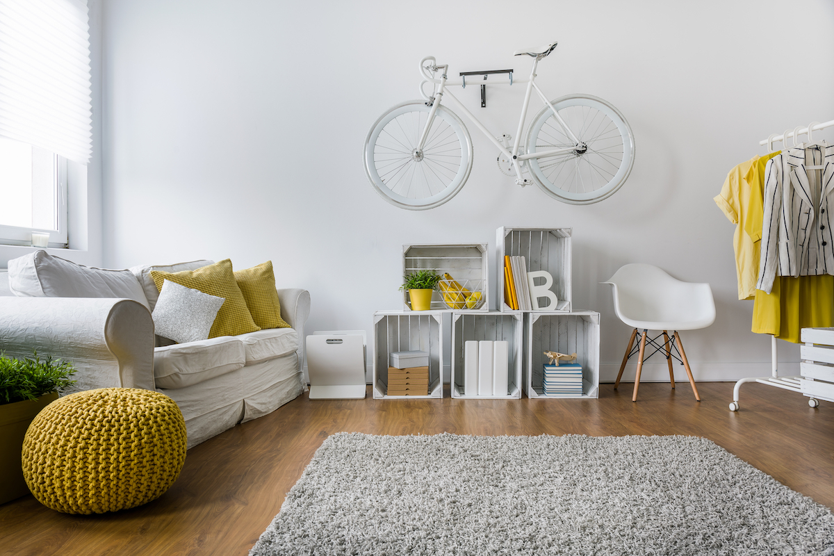 Salón con paredes blancas y detalles en amarillo