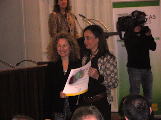 Isolina Trapiella recogiendo el diploma