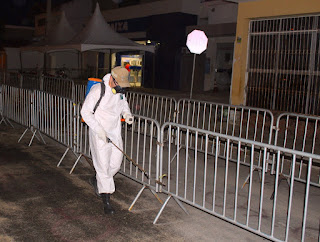 Equipe do CVAMS realiza desinfecção área  ocupada pelas filas, em frente caixa econômica em Picuí