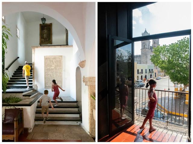 A la izquierda, niños y hombre subiendo las escaleras interiores del palacio; a la derecha, niña asomada a un balcón con iglesia al fondo