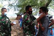 Dansatgas TMMD Ke-111 Kepulauan Selayar Turun Langsung Bagikan Masker