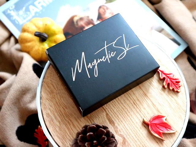 Photos de la boite contenant les faux-cils magnetique SL, dans un décor automnal.
