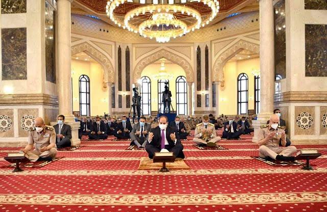 الرئيس السيسي يؤدي صلاة الجمعة بمسجد المشير طنطاوی ويلتقي عدد من كبار قادة القوات المسلحة عقب أداء الصلاة