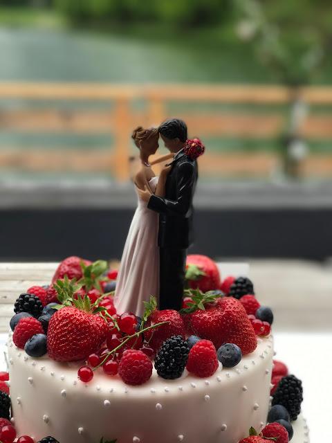 Cake Topper, Tortenaufsatz verliebtes Brautpaare, Rot Liebe, Blau Treue, Weiß Unschuld, Farbschema, Hochzeit, heiraten in Garmisch, Bayern, Deutschland, Riessersee Hotel, Hochzeitshotel, Hochzeitsplanerin Uschi Glas