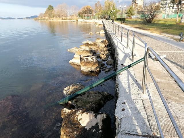 Ηγουμενίτσα: Άγνωστοι πέταξαν κολόνα ηλεκτροφωτισμού στη θάλασσα (+ΒΙΝΤΕΟ)
