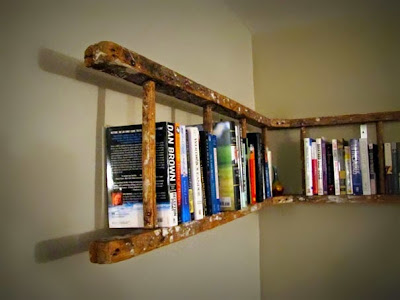 Escalera vieja convertida en librero.
