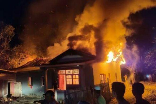 BREAKING NEWS: Kebakaran Depan SPBU Lapawawoi Bone, 1 Rumah Nyaris Ludes