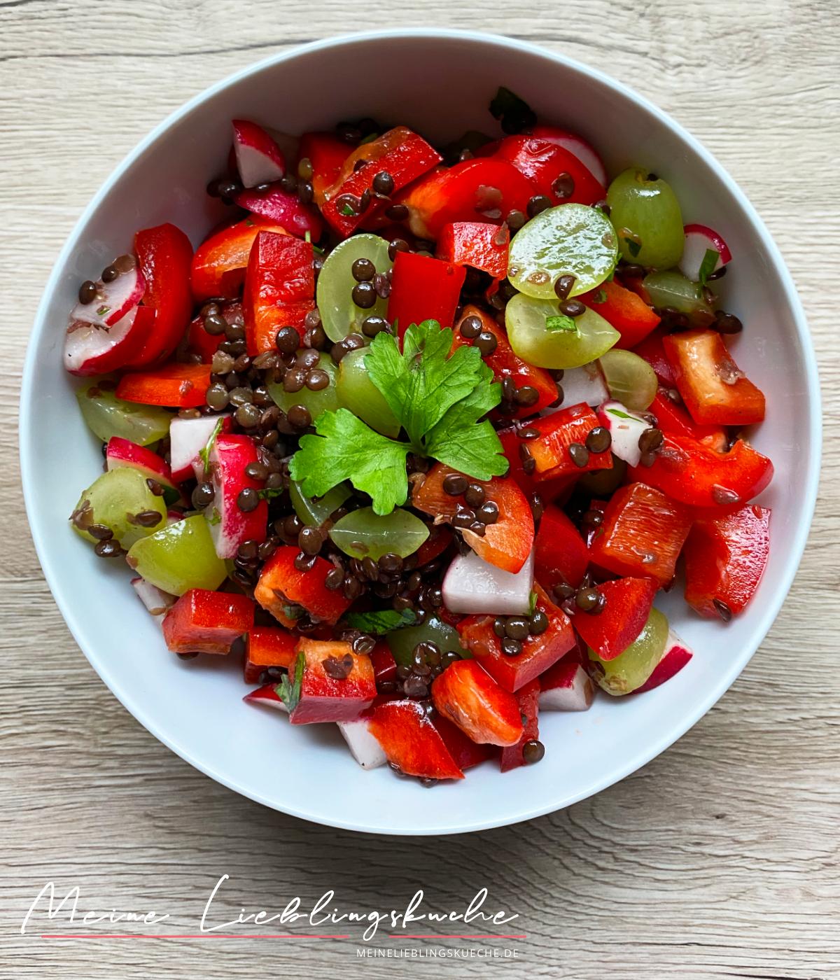 Sommerlicher Salat mit Belugalinsen und Früchten
