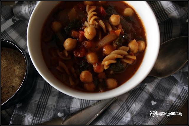 soupe végétalienne aux pois chiches , tomate et pâtes complètes