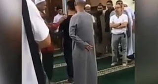 Seorang pria yang ikut shalat berjamaah