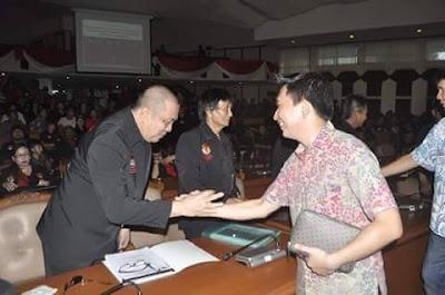 Ketua LMI Hany Panto jabat tangan dengan Rocky Wowor anggota Komisi I