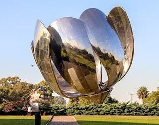 Monumento de la flor llamado Floralis Genética