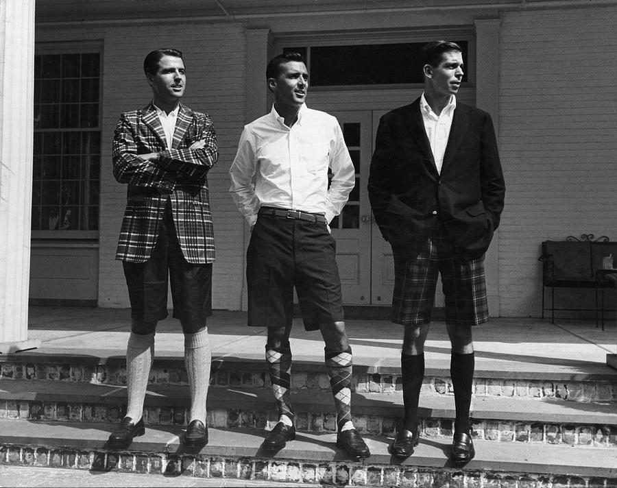 Phái mạnh sẽ mặc quần lửng Bermuda cùng vớ cao đến gối để che chân nhiều nhất có thể. Ảnh: vintagenewsdaily.com