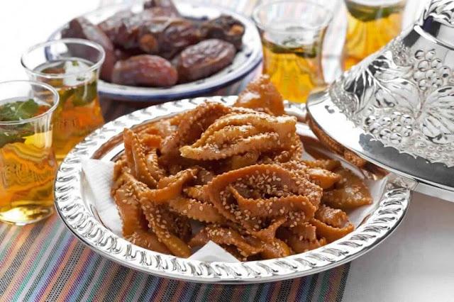 Món ăn thờm lừng này được làm từ những hạt mè nướng hòa quyện với hương vị của nghệ tây, nước cam, dầu ô liu và quế. Những chiếc bánh cookie với hình dáng của những bông hoa độc đáo sẽ được chiên trong một nồi mật mong cho đến khi sáng bóng và kết dính lại với nhau, sau đó, rắc hạt mè hoặc hạnh nhân cắt nhỏ lên.