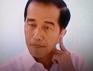 Ada Apakah Di Kuping Kiri Jokowi Saat Debat Capres ?