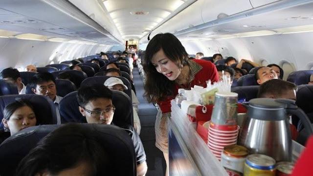 هذه 9 حقائق مرعبة لايعلمها المسافرعن خدمات الطائرة! حقائق مخيفة من اعترافات بعض المضيفين والمضيفات