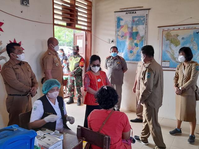 Pelaksanaan Vaksin Di Gedung SD Percontohan Turut Serta Didampingi Danramil 14/Raya Kodim 0207/Simalungun
