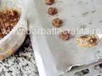 Pricomigdale (fursecuri cu nuca) preparare reteta - le punem in tava cu lingurita