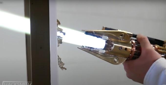 Youtuber The Hacksmith crea su propia espada laser de plasma real y es alucinante