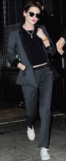 Foto de Kristen Stewart caminando con look varonil