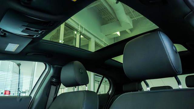 Mercedes GLA 250 4MATIC 2017 trang bị cửa sổ trời siêu rộng Panoramic
