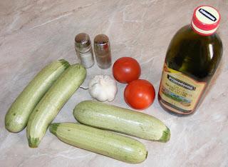ingrediente pentru dovlecei trasi la tigaie cu rosii si usturoi, retete cu dovlecei, retete cu rosii, retete cu legume, preparate din dovlecei, retete culinare de post,