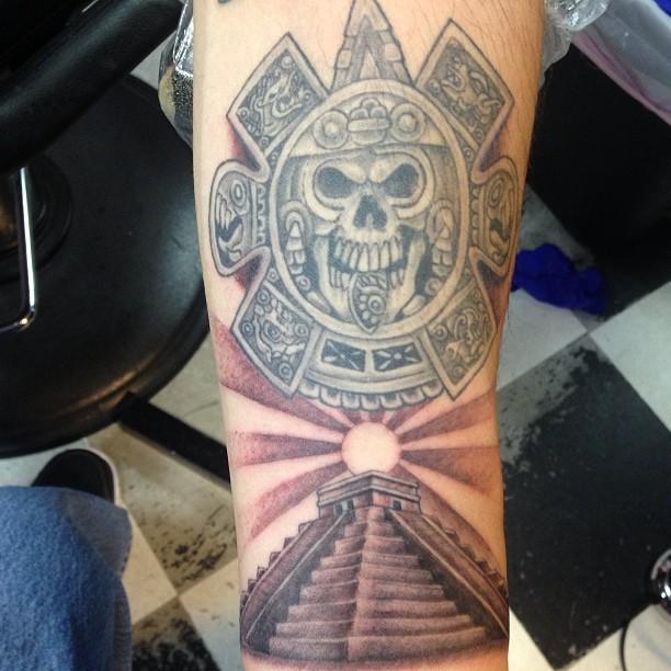 Tatuaje de Pirámide Azteca con Mascara
