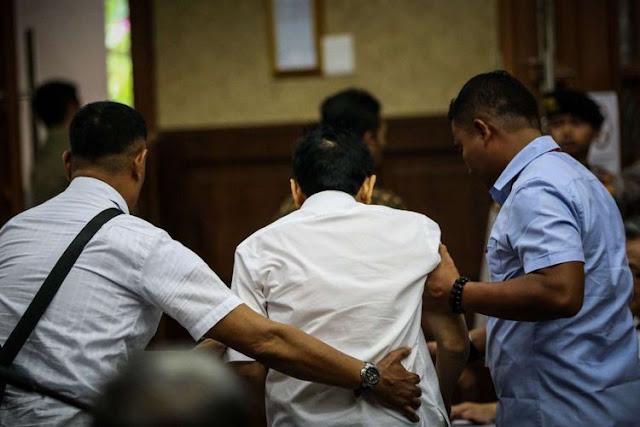 Sidang Perdana Digelar, Setya Novanto Menunjukkan Sedang Sakit