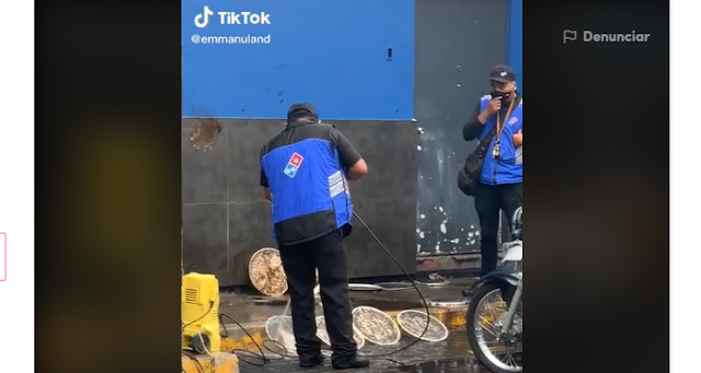 Captan a empleados de Domino's Pizza, lavando utensilios en el estacionamiento