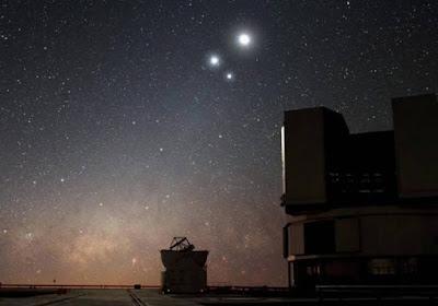 A Lua fará conjunção com dois planetas na noite desta terça, 12: com Júpiter e Saturno.