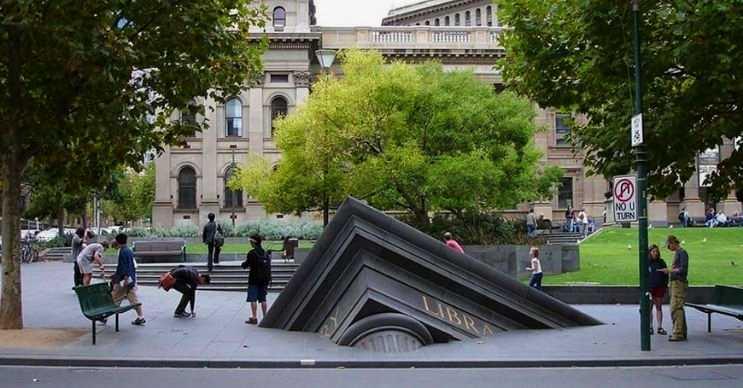 Batan kütüphane, Melbourne şehrinde yer alan batıyor izlenimi veren bir eserdir.
