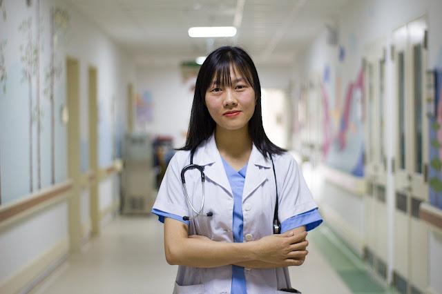 Profissional trabalhando no atendimento de saúde, tão nobre e importante