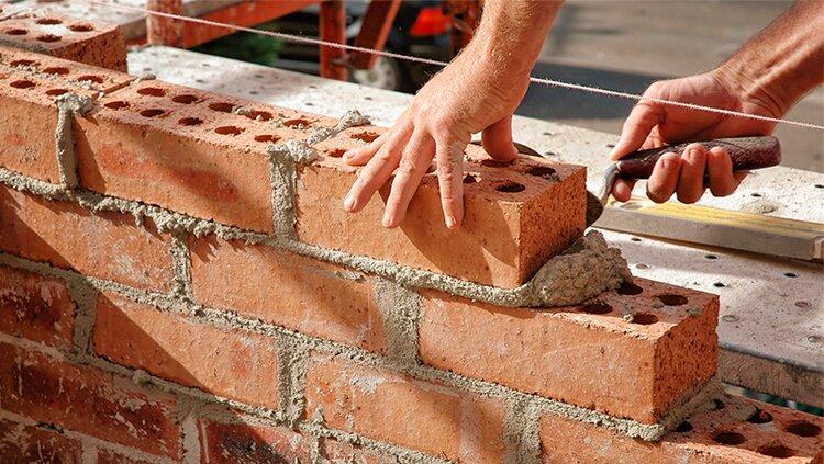 Por falta de materiales constructores paralizan obras y suspenden trabajadores