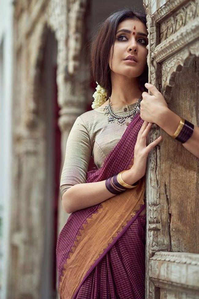 Actors Gallery: Raashi Khanna Looking Like Village Girl Pics