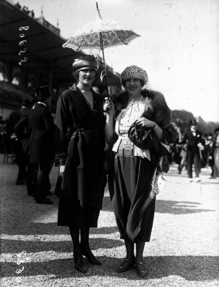 fashion in the 1920s 2 In the roaring twenties, a surging economy created an era of mass consumerism, as jazz-age flappers flouted prohibition laws and the harlem renaissance redefined arts and culture.