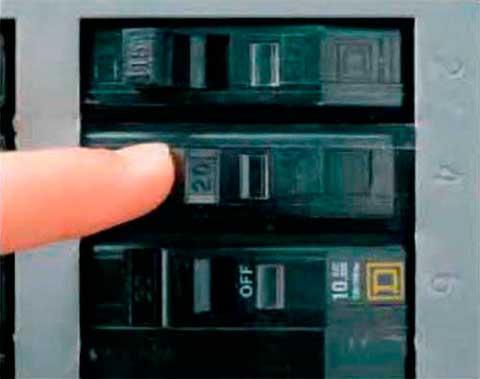Instalaciones eléctricas residenciales - Desconectando interruptor de circuito en centro de carga
