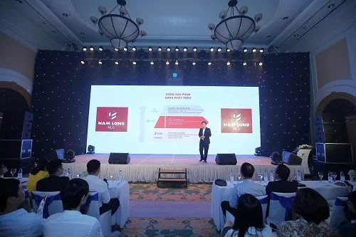 Ông Ngô Đình Hãn - Giám đốc kinh doanh Công ty Cổ phần đầu tư Nam Long giới thiệu dự án Waterpoint trước các đơn vị môi giới miền Bắc hôm 14/9