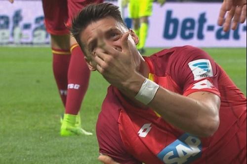 Ngón tay của Wagner bị gãy sau khi va chạm với Vedad Ibisevic của đội tuyển Hertha Berlin