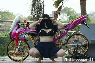 Modifikasi Ninja pink plus model cantik baju hitam ngangkang nutupin muka