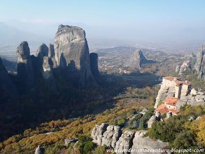 Panorámica de Meteora con uno de sus monasterios en primera instancia a la derecha