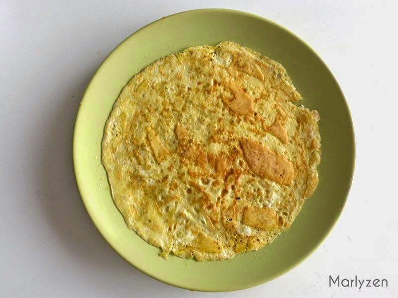 Retournez l'omelette dans une assiette.