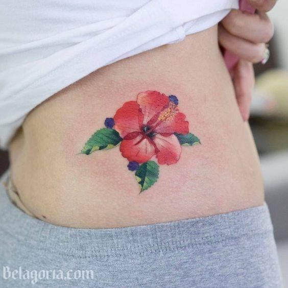 Un tatuaje hawaiano de mujer