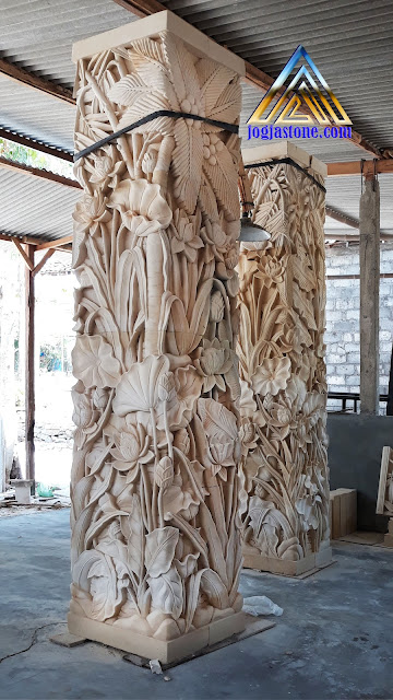 Ukiran tiang pilar rumah motif pemandangan terbuat dari batu alam, Batu puitih