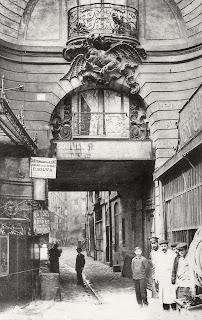 Cour du Dragon à St Germain-des-prés, aujourd'hui disparu, seul le dragon subsiste