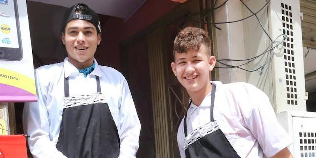 """El Jazmín, el barrio de los inmigrantes venezolanos en BogotáEn Ciudad Bolívar -localidad de Bogotá- 54,1% de los trabajadores está en la informalidad, tiene el promedio mensual de pago más bajo en acueducto, alcantarillado, gas, recolección y basuras pero también es la localidad en la que 5,6% de los hogares manifestaron tener algún miembro que, por falta de dinero, no consumió ninguna de las tres comidas uno o más días a la semana. Y a pesar de esto las fronteras de las 13.000 hectáreas de esta localidad podrían extenderse.    Aunque todavía no se visibilizan amplias zonas tomadas por venezolanos, sí hay manzanas en donde estos comienzan a ser mayoría. En un rincón de ese pequeño universo que es Ciudad Bolívar, por ejemplo, estaba Jazmín, el símbolo de un nuevo fenómeno que tendrá que enfrentar esta zona: la llegada de inmigrantes que se les sumará a la de desplazados de todo el país a causa de la violencia que ha sido masiva en este sector de Bogotá. Recordemos que solo entre 2001 y 2002 alcanzó los mayores registros con una participación de 26,3% dentro del total que llegaron al Distrito. Ella estaba lejos de los demás comerciantes. La lucha por el territorio ganado para las ventas era evidente.   La multiplicidad de situaciones de una localidad en donde todo ocurre, en la que la gente persiste, a pesar de todo, atrae. Es por eso que hoy decenas de venezolanos están llegando a vivir allí. ¿Cuántos? no se sabe. La caracterización no ha pisado este territorio aún.  """"Esa, esa que está allá, es venezolana"""". Apenas pisamos el sector de Potosí, los vendedores informales de la zona sabían de quién se trataba. A esta mujer la presencia de la Policía la inquietó. No era para menos. Tuvo que dejar su tierra, el estado de Carabobo en Venezuela, y desde hace tres meses se dedica a vender obleas en la calle. """"En mi país vendía tintos, chupetas, cigarrillos, pero todo se vino al piso"""".   La oferta de arriendos parece haberse incrementado en la zona. Los lugareños los alquilan"""