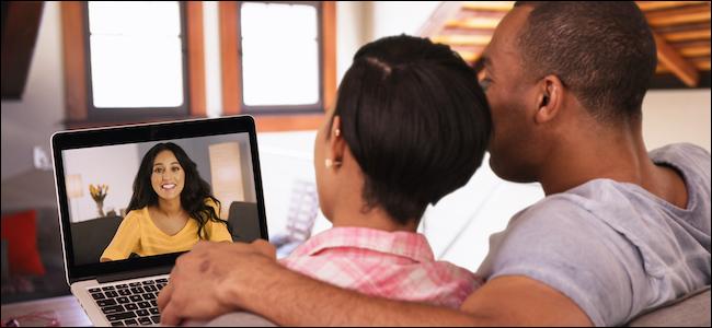 زوجين باستخدام FaceTime على جهاز Apple MacBook